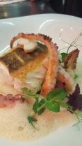 Ostseezander und Pulpo mit Erbsenmousseline, weißem Spargel und Krustentierschaum