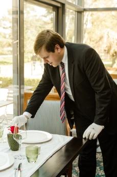 Maximilian Plottke beim Tisch eindecken